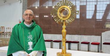 Diácono doa Ostensório ao Santuário