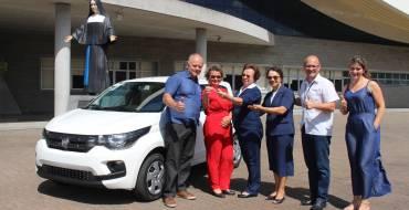 Santuário entregou um carro zero à ganhadora da Ação Solidária