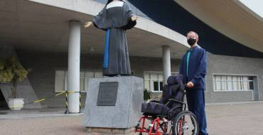Santuário recebe cadeira de rodas pela Campanha Lacre Solidário