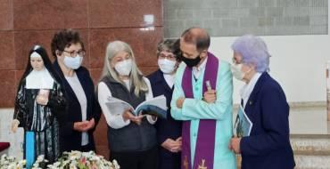 Escritora entrega livros no Santuário Santa Paulina